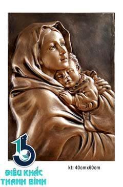 Đức Mẹ ôm con